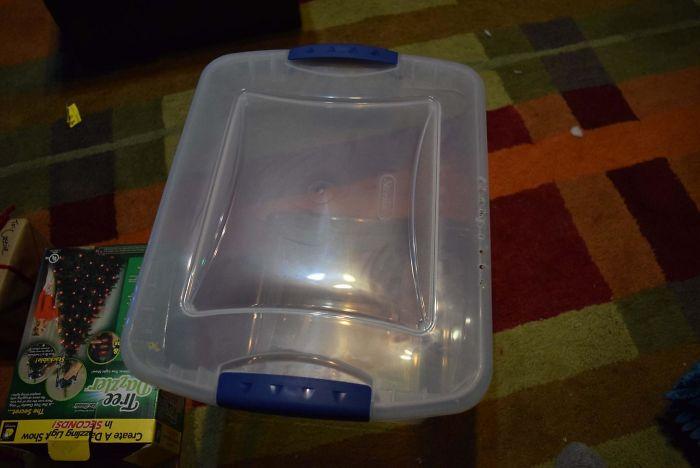 Я взял пластиковый контейнер и просверлил 83 дырочки по периметру.