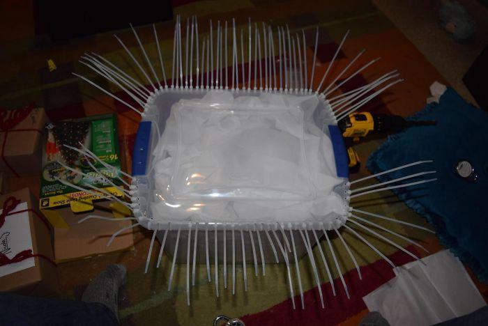 Через каждую дырку протянул пластиковую стяжку.