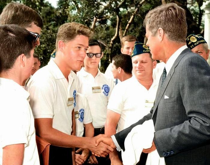 2. Молодой Билл Клинтон пожимает руку президенту Джону Ф. Кеннеди в розовом саду белого дома. 24 июля 1963 года