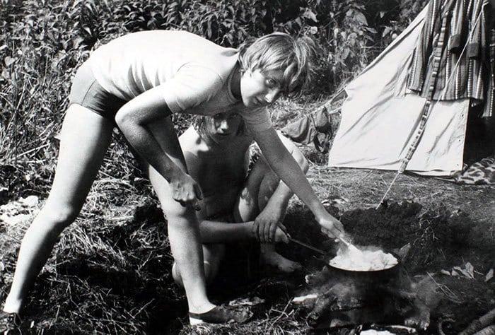 9. Ангела Меркель готовит еду на костре, в июле 1973