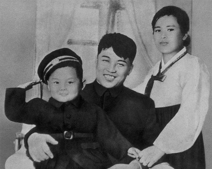 13. Ким Чен Ир с отцом и матерью, 1945