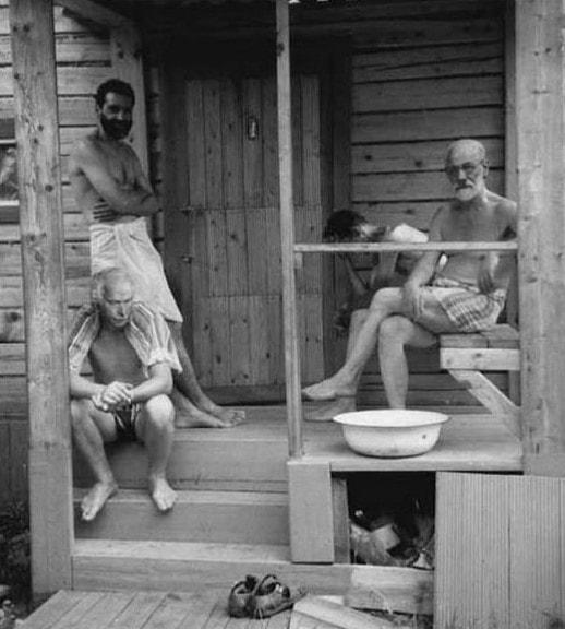 2. Зигмунд Фрейд и Карл Юнг отдыхают с друзьями после бани, 1907 год
