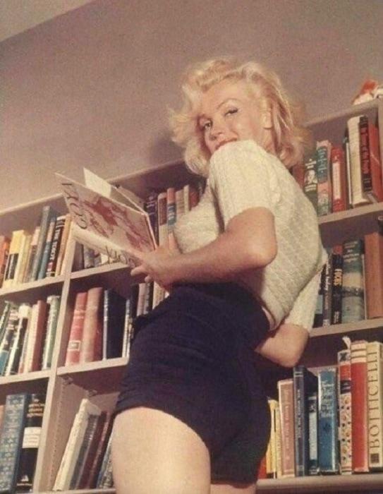 5. Монро и её домашняя библиотека, 1953 год