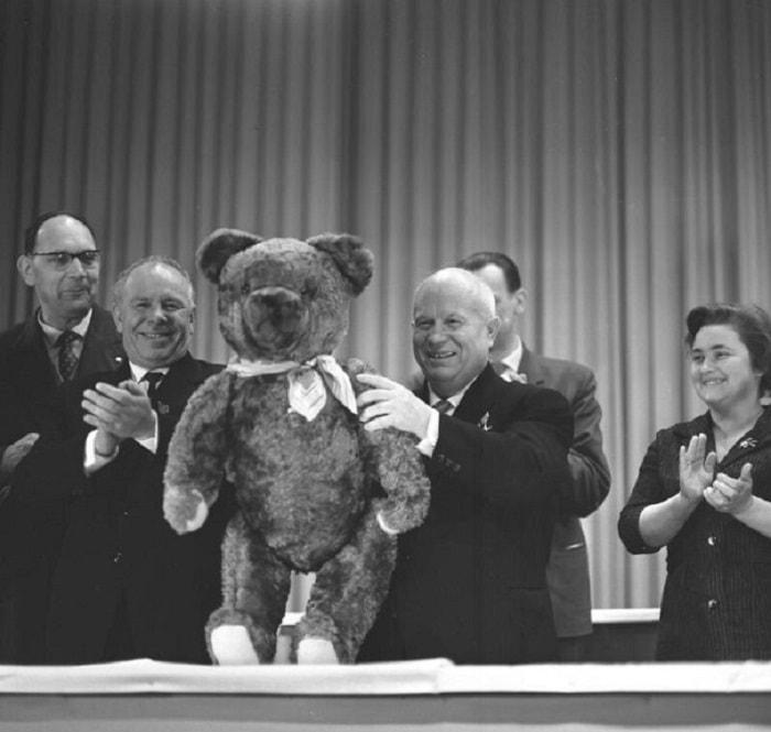 13. Никита Хрущёв с плюшевым медведем, подаренным работниками завода телевизионной электроники, ГДР, Берлин, 18 января 1963 года
