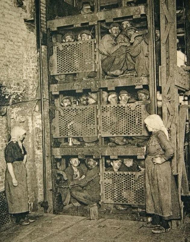 15. Бельгийские шахтёры в лифте, перед спуском в шахту, 1900 год