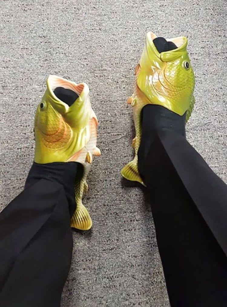 «Девушка сказала, что если я найду обувь ещё страшнее, чем мои кроксы, то она перестанет над ними смеяться. Я выиграл»
