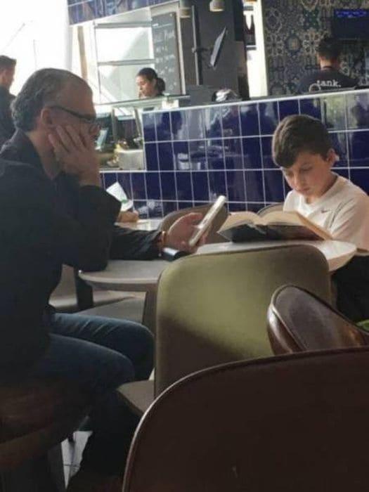 Обычное младшее поколение обвиняют в том, что оно увлечено гаджетами, а не книгами