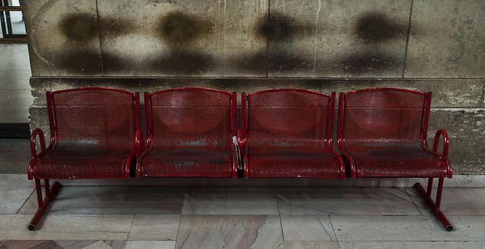 Призрачные следы пассажиров на станции метро