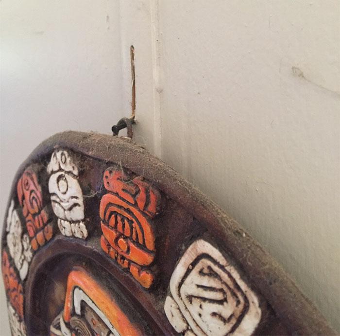 Под весом каменного календаря майя гвоздь проделал борозду в стене