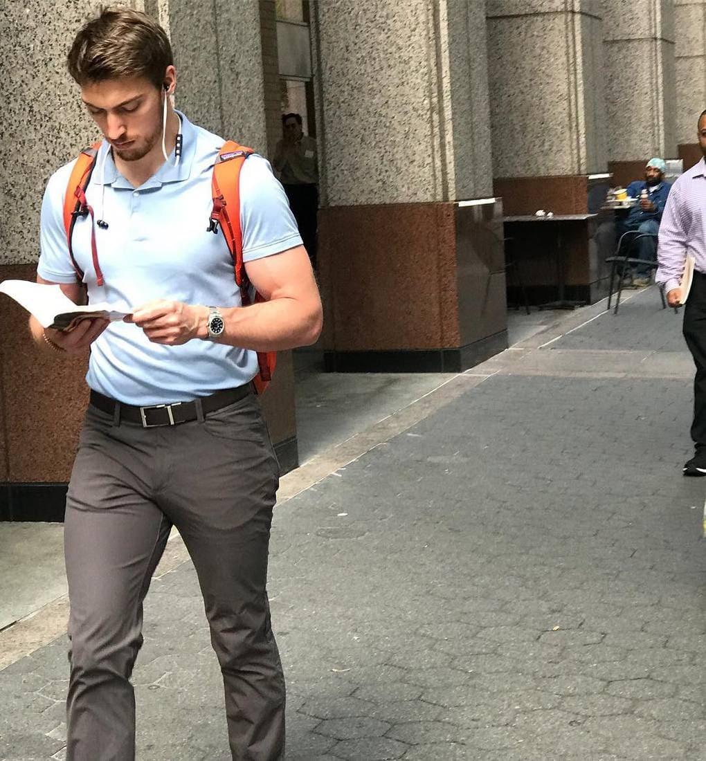 «Как можно не оценить такое мастерство мультизадачности? Прогуливаясь, читать книгу и в то же время так восхитительно выглядеть… Когда я делала это фото, меня с трудом держали ноги. По крайней мере, это был бы неплохой способ оказаться под ним»