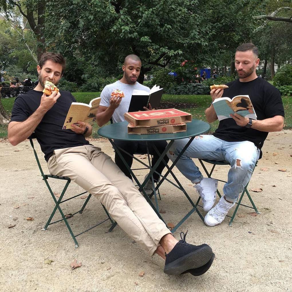 «Как по мне, чем больше читающих красавчиков, тем лучше. Всё, что нужно — книги в их руках и пицца на столе. Хотела бы я присоединиться к их вечеринке!»