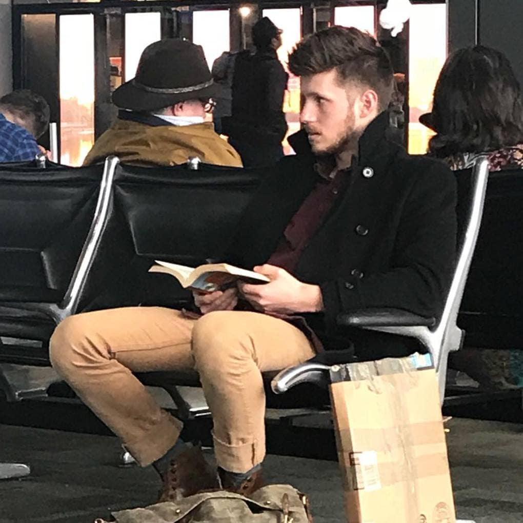 «Ледяной январский ветер не страшен, когда рядом такой горячий мужчина. Кажется, он немного отвлёкся от чтения. Это отличная возможность скользнуть в его объятия и узнать, так ли хороши ковбои из Техаса на самом деле»