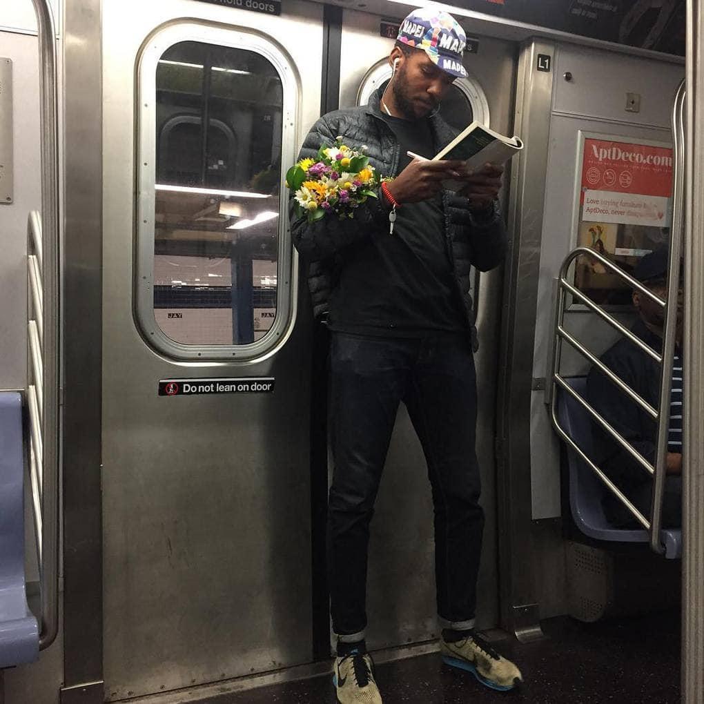 «Этот парень с цветами сводит меня с ума! Наверняка он едет поздравлять маму с днём рождения или провести вечер с бабулей. В любом случае, я была бы очень рада, если бы он однажды зашёл и в мой цветочный сад»