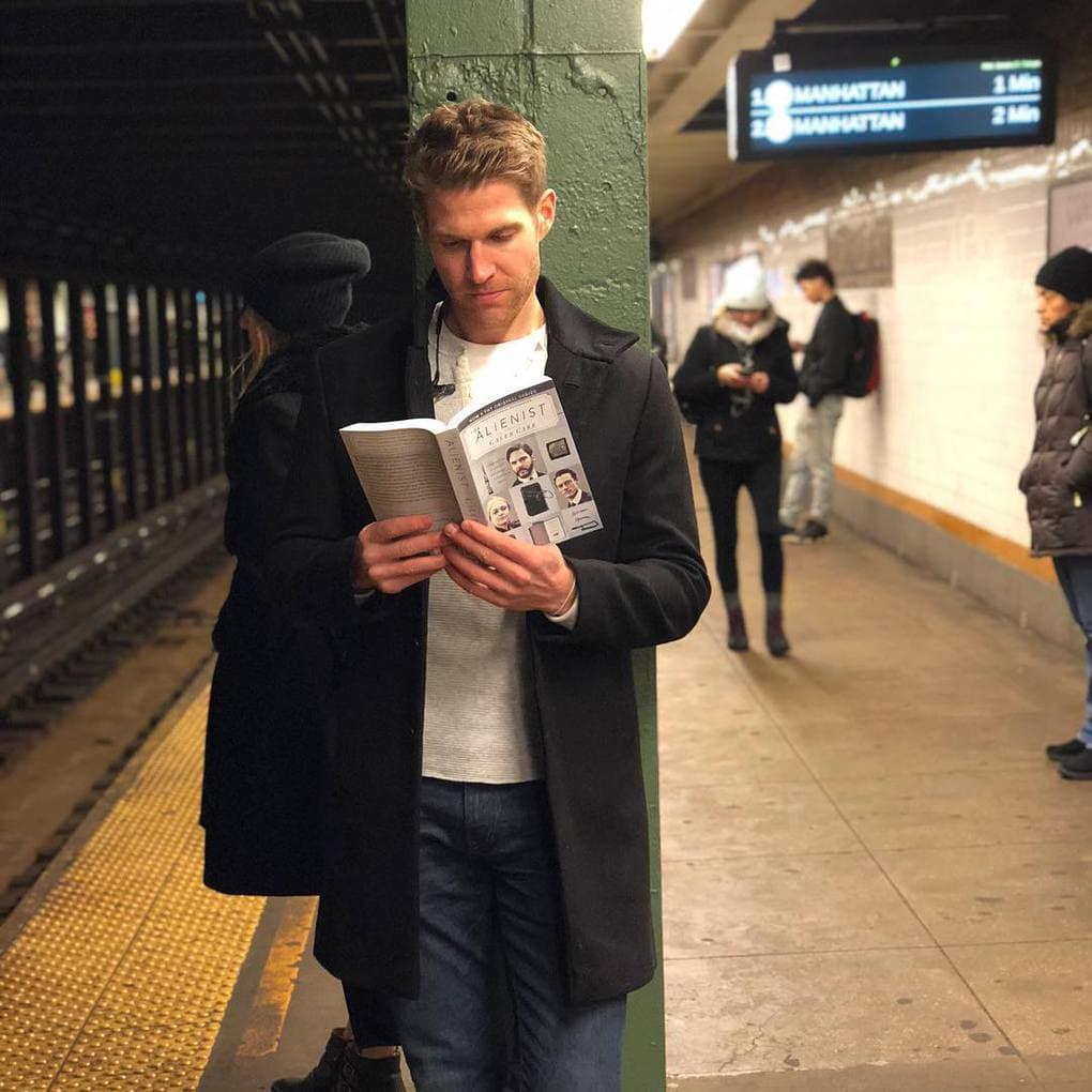 «Похоже, я не единственная, кто читает книгу, прежде чем сыграть свою роль. И у этого экземпляра определённо большой талант. Я даже готова устроить ему пробы… Наедине… В своей гостиной»