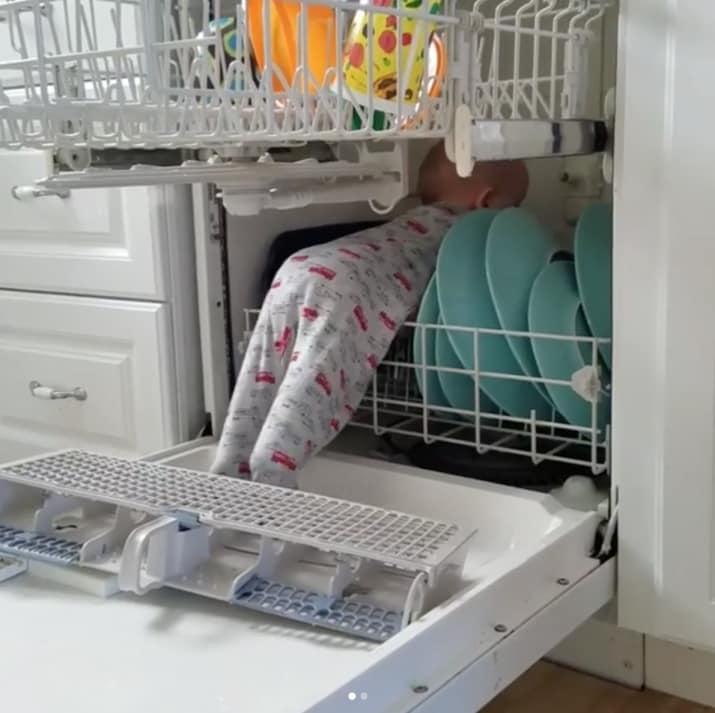 Легко ли загрузить посудомоечную машину с такими помощниками?