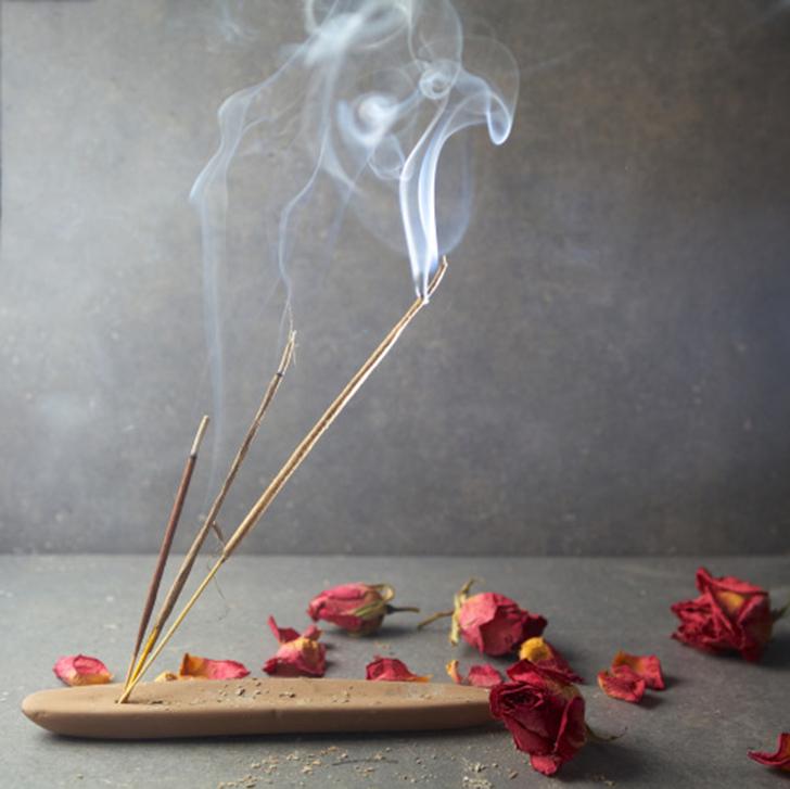 Это просто дым от благовоний. Обратите внимание, что этот характерный дымок можно встретить буквально в каждой рекламе горячей еды.