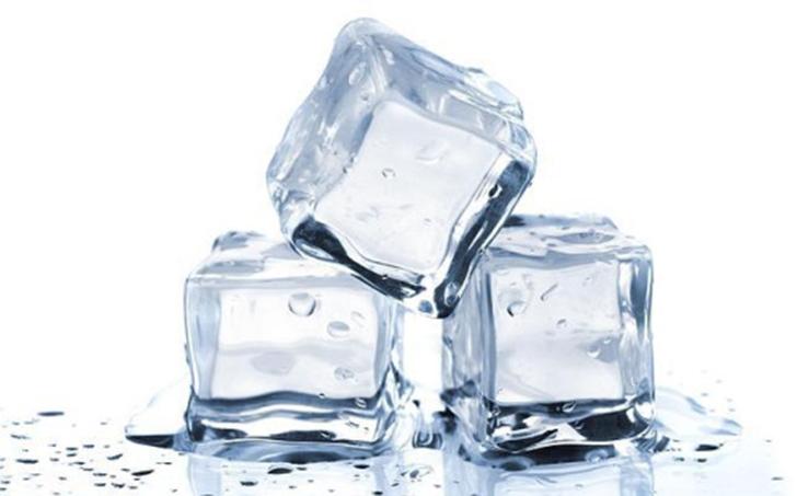 Лед в рекламе никогда не тает. Учитывая жар от осветительных приборов и длительность съемок, лед пришлось бы менять постоянно. Поэтому его делают из акрила.