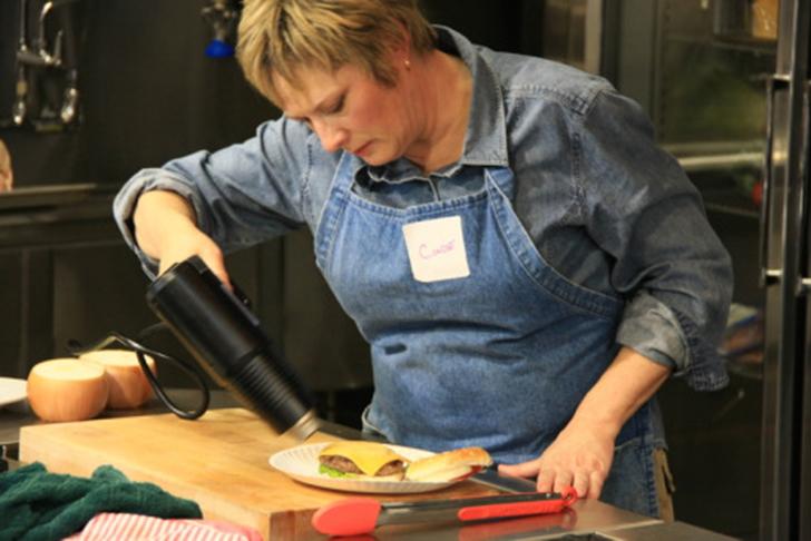 Сыр в гамбургерах всегда выглядит идеально благодаря правильной температуре нагрева. Нужно продемонстрировать слегка подплавленный сыр, который еще не успел превратиться в бесформенную массу. Поэтому используют фен для волос.