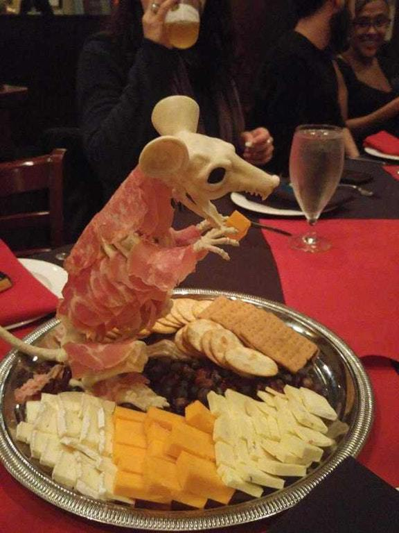 2. Мышь на сырной тарелке — гениально