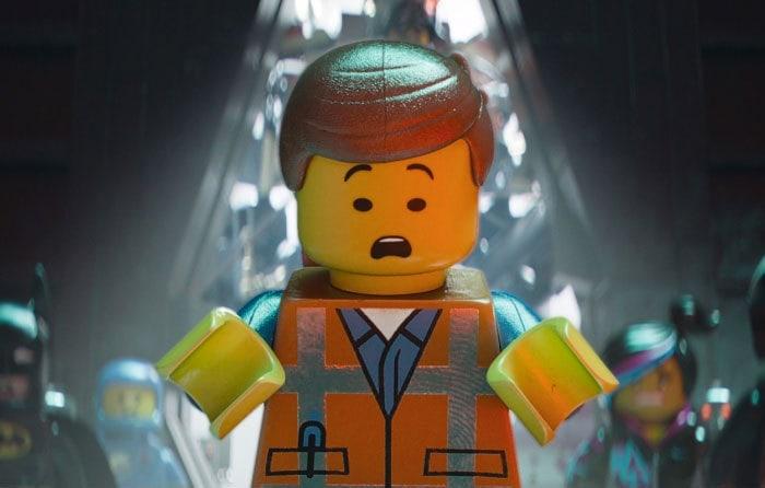 2. В Лего фильме на крупных планах главного героя можно заметить отпечаток пальца на светоотражающих частях его костюма