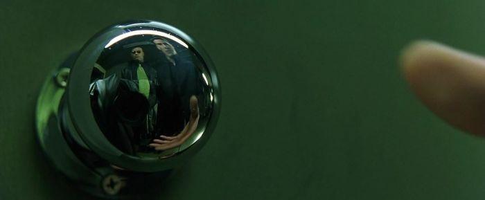 7. Чтобы сделать такой кадр, создатели «Матрицы» решили схитрить: они замаскировали камеру, накинув на неё куртку, которая сочеталась с одеждой Морфиуса. Получилось практически незаметно