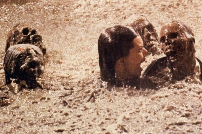 12. После съёмок сцены в бассейне со скелетами из фильма «Полтергейст» (1982) актриса Джобет Уильямс узнала шокирующий факт о том, что скелеты были настоящими. В то время было гораздо дешевле купить их у медицинской компании, чем делать искусственных