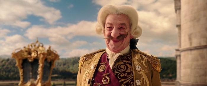 13. После того, как Когсворт из фильма «Красавица и чудовище» превратился в человека, его усы были несимметричны. Как и ручки у часов