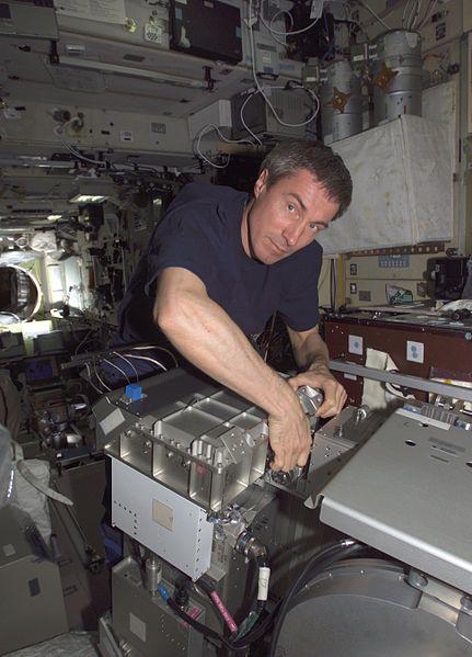 Сергей Крикалев работает на МКС, май 2005 года