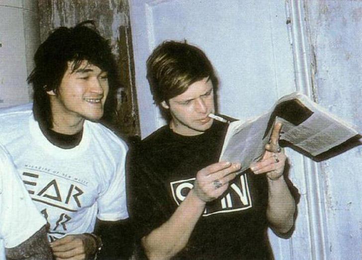 2. Виктор Цой и Борис Гребенщиков читают западный рок-журнал, 1986.