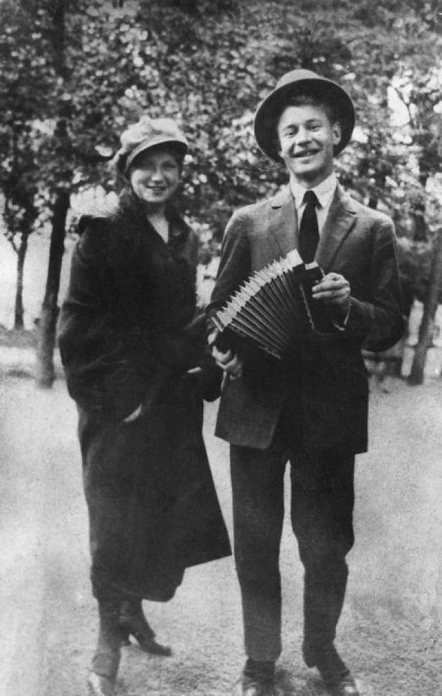 7. Сергей Есенин с сестрой Катей, 1925.
