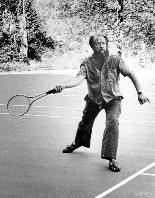 18. Александр Солженицын играет в теннис, Вермонт.