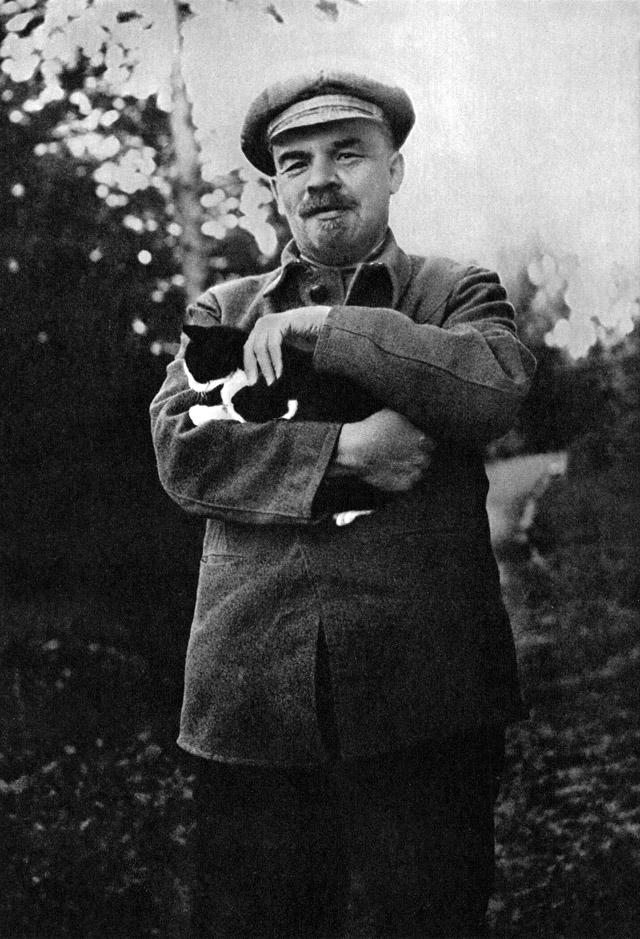 20. В.И. Ленин на прогулке в Горках, август-сентябрь 1922 года.