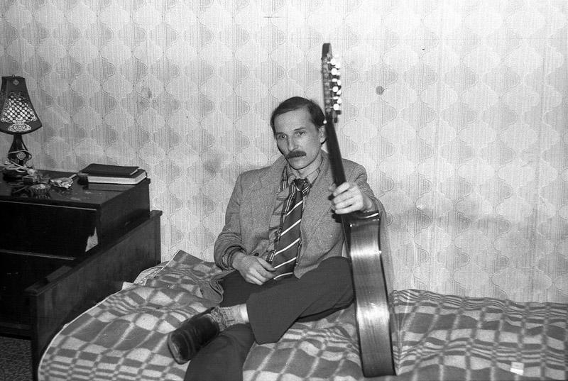21. Петр Мамонов на квартирнике, Москва, 1985 год. Фотограф — Игорь Мухин.