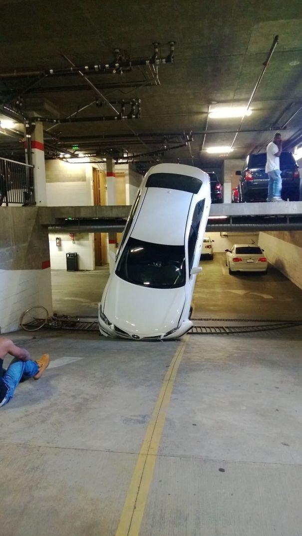 21. «Опоздание на работу спасло мою жизнь. Если бы вышел из дома на 2 секунды раньше, то эта машина упала бы мне на голову»