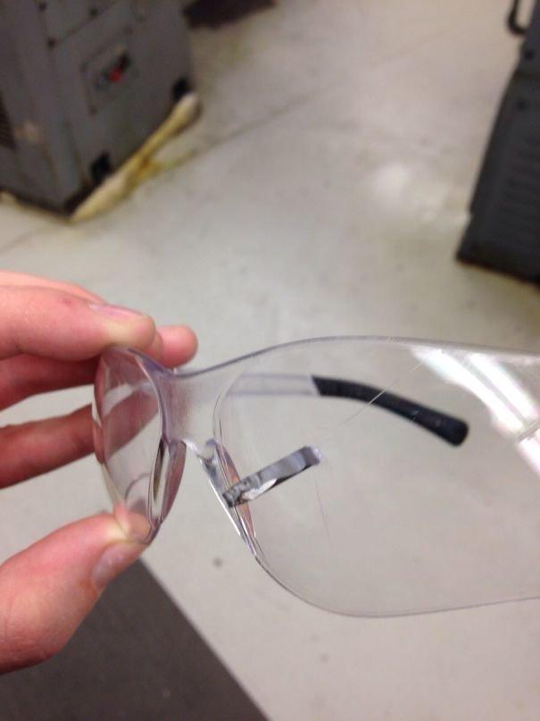25. Защитные очки действительно спасают!
