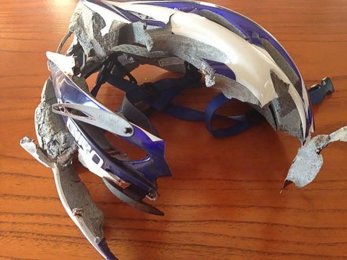 3. Шлем велосипедиста после того, как он врезался в стену
