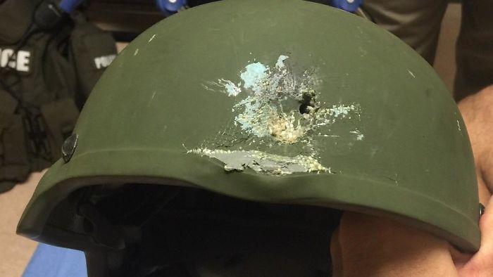 6. Шлем полицейского спас его от пули
