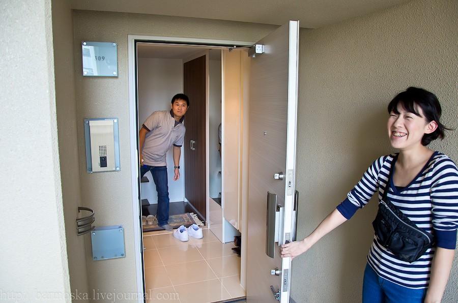 1. Итак, знакомьтесь — слева Кимура-сан и справа его жена, Эри-чан. Приглашают зайти в их жилище.