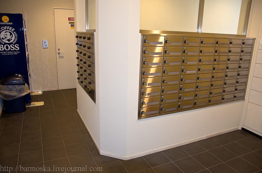 6. Рядом с запасным выходом расположены почтовые ящики и даже есть автомат по продаже напитков.