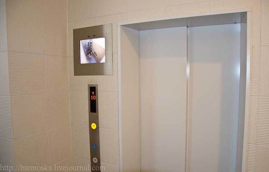 11. На первых этажах домов у лифта висит дисплей, показывающий картинку из кабины. Ну так, для безопасности.