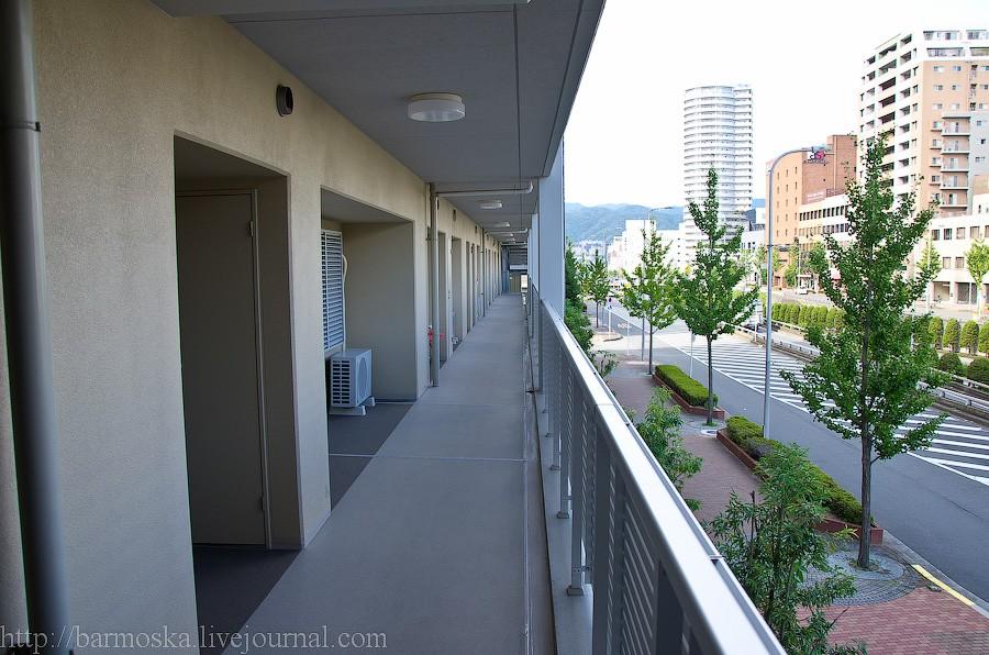 14. Некоторые окна квартир выходят на общий балкон. Конечно, они закрыты специальными железными ставнями, но комфорта это не добавляет… Моим друзьям повезло — все их окна выходят на внешние стены дома.
