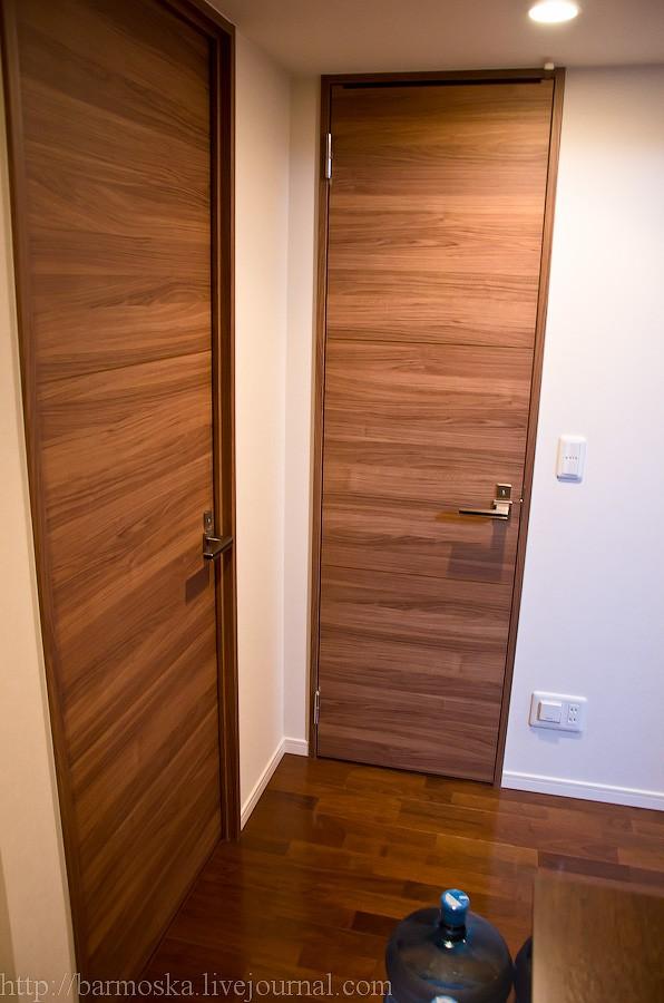 17. Теперь я повернулся на 180 градусов, и прихожая позади меня. Слева — вход в маленькую комнату, прямо по курсу — вход в туалет.