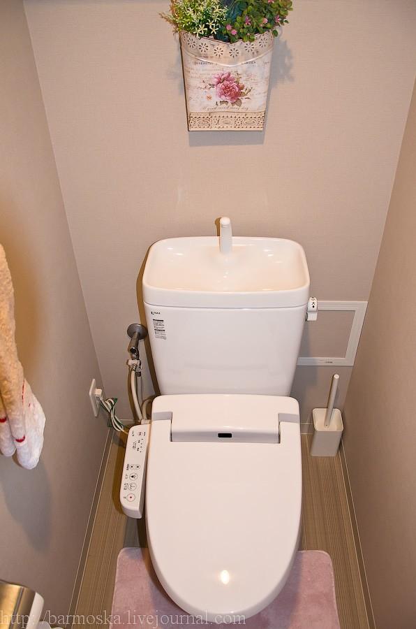 19. Теперь заглядываем в ту дверь, которая была прямо по курсу. Здесь, как видно, находится туалет. Ни разу нигде в Японии (кроме гостиниц) я не видел объединенных ванных комнат с туалетами. Всегда все раздельно, и бывает, что даже и не по соседству. Еще один момент — по умолчанию во всех новых домах устанавливаются туалеты с управлением — пульт с кнопочками слева.