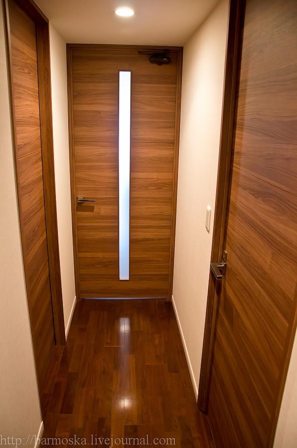 20. После фотографии номер 17 коридор поворачивает направо. Здесь три двери. Дверь слева — это дверь в ванную комнату (первую ее часть). Дверь прямо ведет в гостиную и кухню. Дверь справа — еще одна небольшая комната. Давайте сначала заглянем в нее.