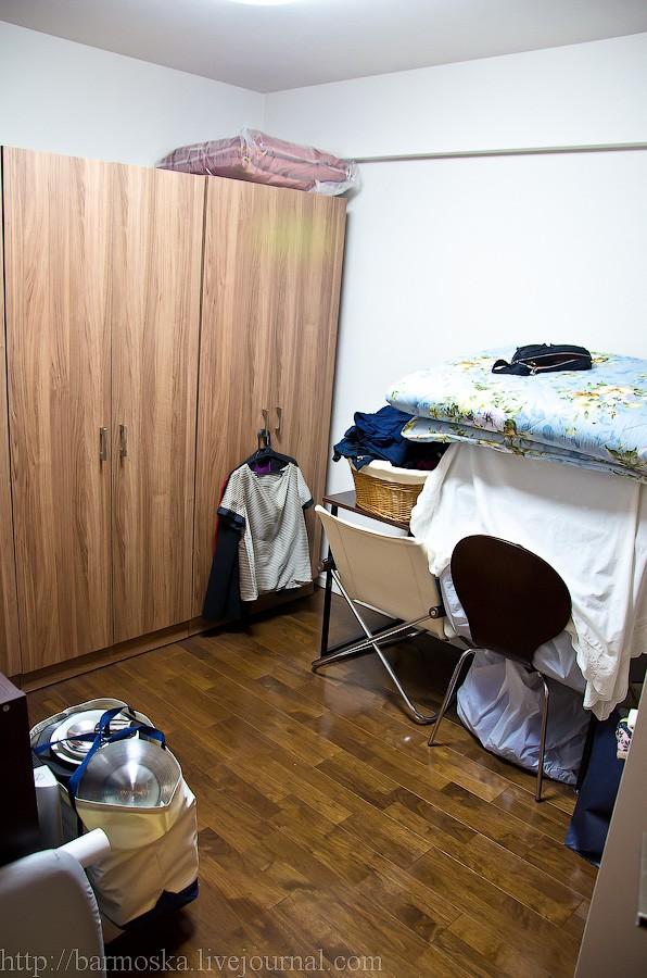 21. Еще одна жилая комната. Правда, она у них служит как свалка для всякого-разного барахла.