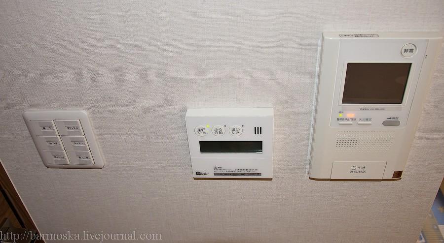 22. Теперь пройдем прямо в дверь с фотографии 20, ведущую в гостиную и на кухню. Сразу на левой стене за дверью находится своеобразный пульт управления почти всем в квартире. Шутка. Слева выключатели света во всех комнатах, посередине пульт управления газом и горячей водой в ванной, справа домофон.