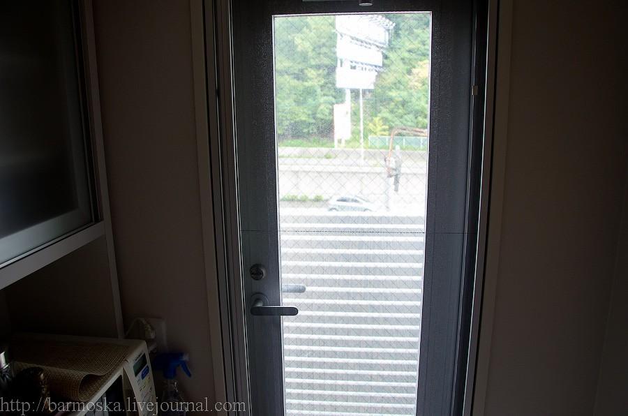24. Дверь на кухонный балкон.