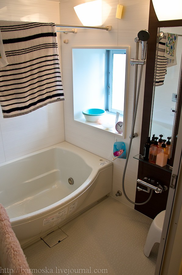 27. А это уже ванная. С окошком, красота. Обратите внимание на душевую лейку и пол — в Японии обычно душ принимают не в самой ванной, а стоя (или сидя) здесь, на этом шершавом пластике. Сток для воды, конечно же, предусмотрен (небольшой лючок под ванной). В зеркале видно отражение еще двух пультов управления — один для ванной, второй для остальных функций (сауна и проч.).