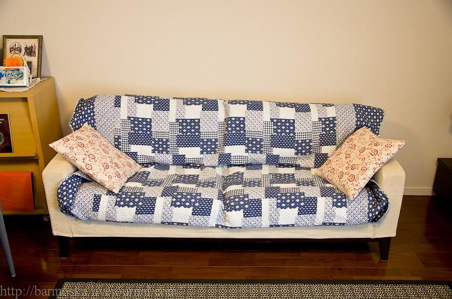29. В гостиной стоит небольшой диван.