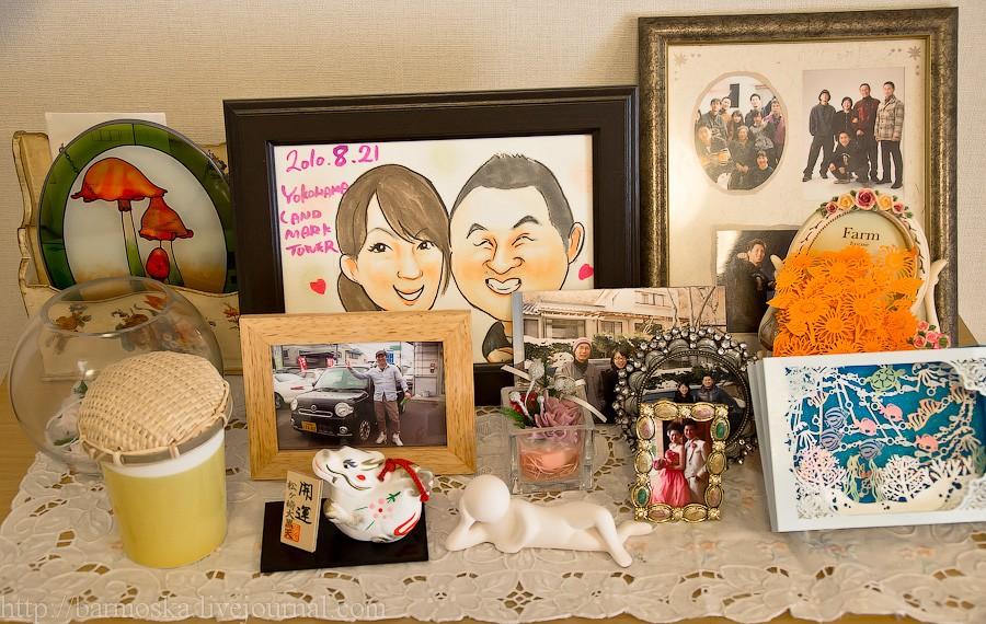 31. Поженились они сравнительно недавно, в позапрошлом августе, а до этого встречались полтора года. Работают, кстати, вместе, в одной и той же компании на должности менеджеров. На работе и познакомились. Маленькую свадебную фотку можно увидеть в правой нижней части снимка — на ней Эри-чан в красном платье.